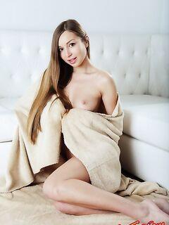 Голенькая красотка с длинными волосами крутит попкой - фото эротика.