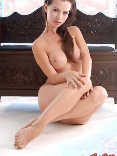 Оголенные круглые титьки жгучей шалуньи - фото эротика.