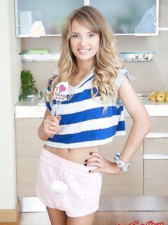 Красивая блондиночка с голубыми глазами сбросила одежду на кухне - фото.