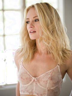 Блондинка сняв нижнее бельё улеглась в постель - фото