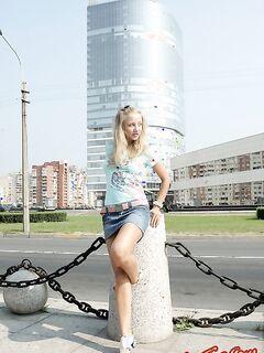 Милая русская разделась на улице и сексуально позирует - фото.