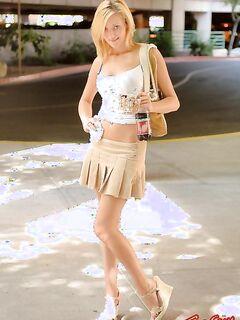 Блондинка задрала юбку на улице и показала письку и попу - фото.