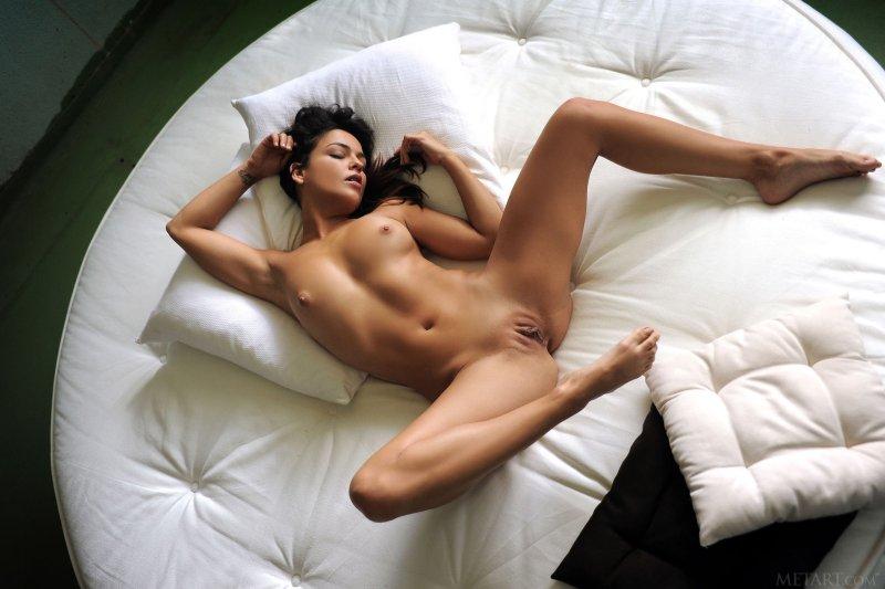 Развратная дама в чулках широко раздвигает ноги - фото