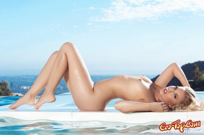 Блондиночка  в бассейне эротично красуется - фото.