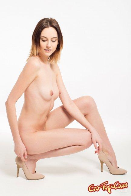 Модель на белом фоне раскрыла половые губы - фото эротика.
