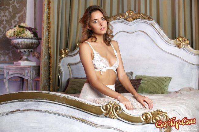 Смазливая деваха в белых колготках показала киску крупно - фото эротика.