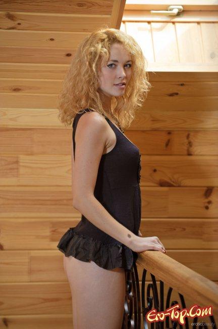 Девица с кучерявыми волосами обнажила молодое тело - фото эротика.