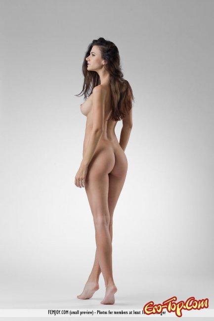 Сисястая теребит сосочки и страстно меняет позы - фото эротика.