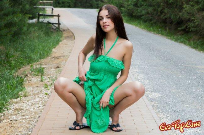 Обнажила на улице натуральную грудь и похвастала фигурой - фото.