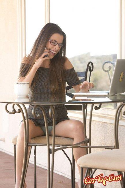 Грациозная худышка в очках обнажилась во время телефонного разговора - фото.