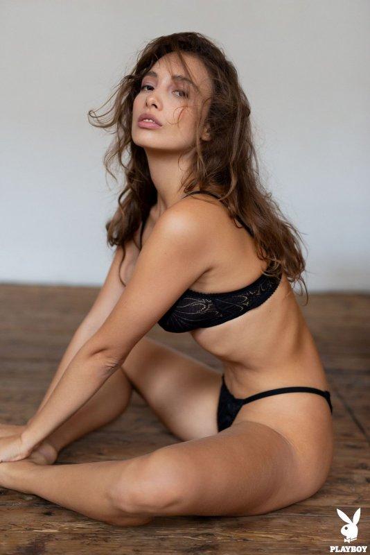 Сексуальная модель из плейбоя оголилась на полу - фото
