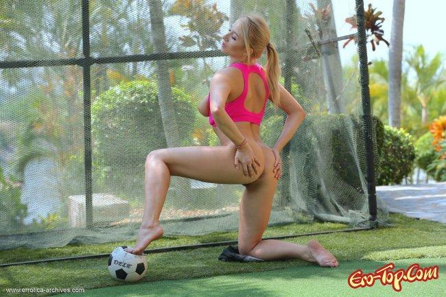 Грудастенькая голая футболистка шалит на поле - фото эротика.