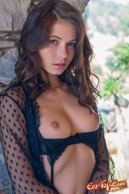 Грациозная сексуальная милашка с приятной внешностью - фото эротика.