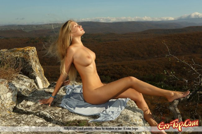 Аппетитная девка разделась на природе и хвастает натуральной грудью - фото.