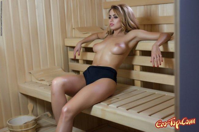Сексуальная девушка разделась в сауне - фото эротика