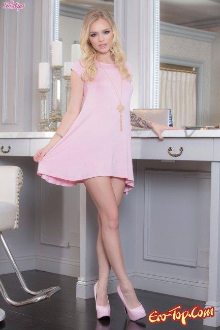 Блондинка стянула платье и показа киску - фото эротика