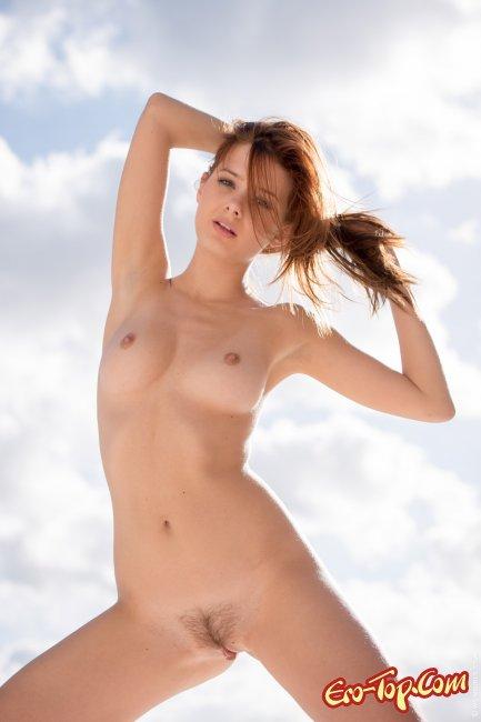 Крошка показала волосатый лобок и красивое голое тело - фото эротика.