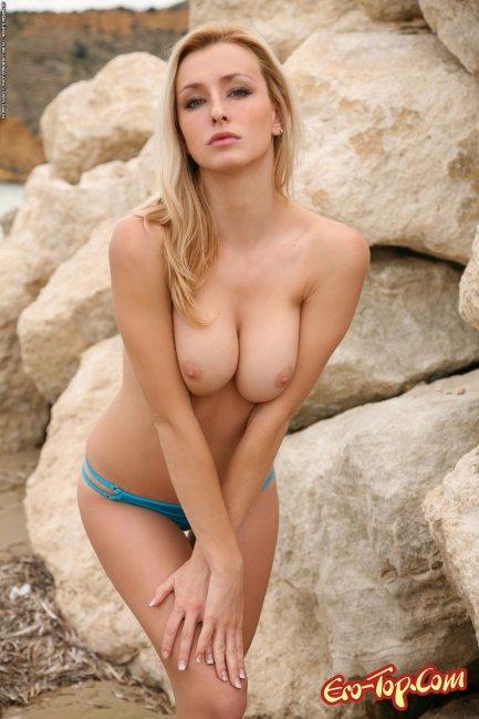 Блондинка с упругим телом на пляже - фото эротика