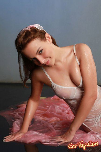 Девушка в прозрачной мокрой ночнушке - фото эротика