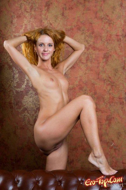 Рыжеволосая девушка позирует полностью голой - фото эротика