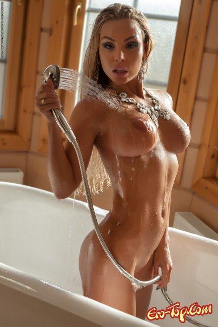 Мулатка с красивым телом принимает ванну  - фото эротика