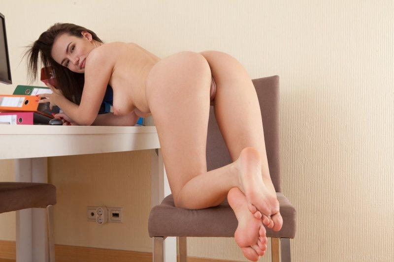Симпатичная студентка оголила натуральную грудь - фото