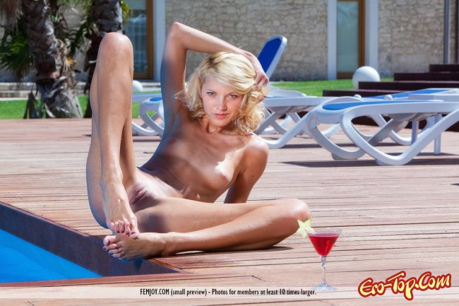 Высокая стройная блондиночка разделась и встала  - фото.
