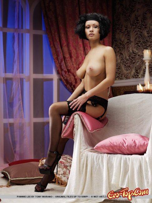 Экзотичная девушка с волосатой пилоткой - фото эротика