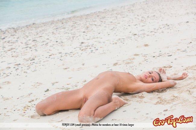 Пляжная эротика от сексуальной девушки - фото эротика