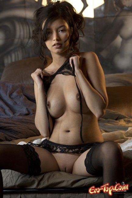 Развратная азиатка позирует в нижнем белье - фото эротика