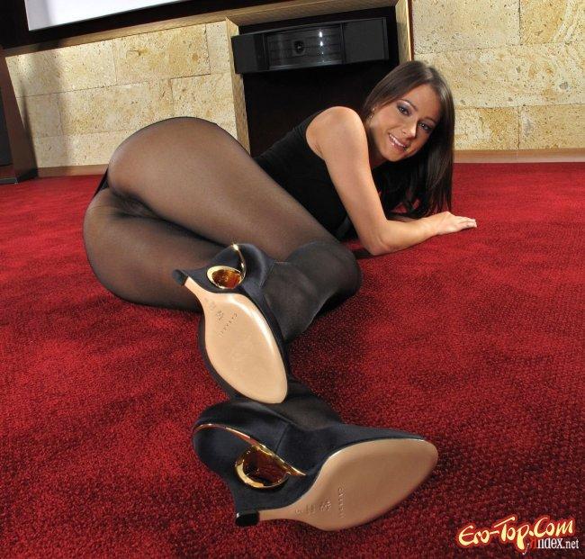 Девушка сексуально снимает черные колготки - фото эротика