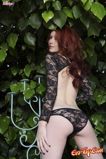 Голенькая грудь нулевого размера страстной рыжей пошлячки - фото.
