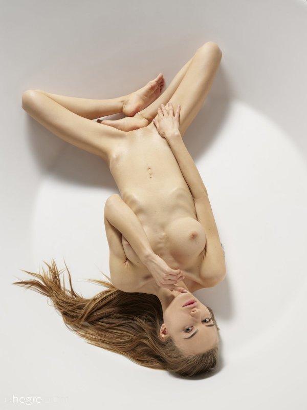 Нагая модель с сексуальным худым телом - фото