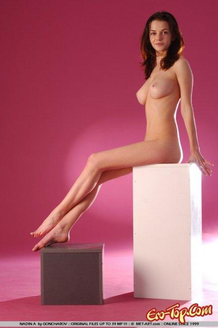 Грудастая позирует раздетой и задирает вверх ножки - фото эротика.