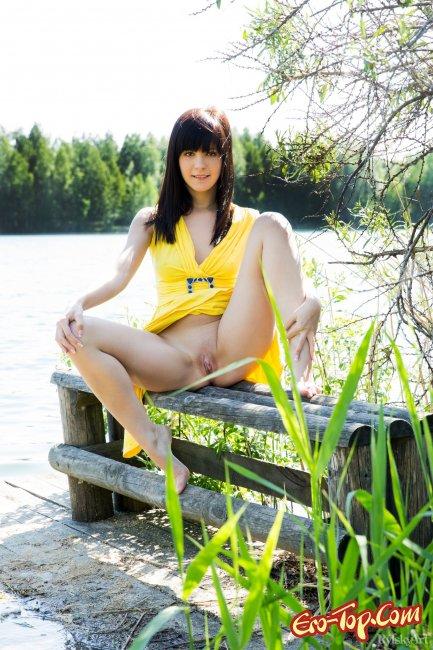 Поднимает платье показывая киску и грудь - фото эротика