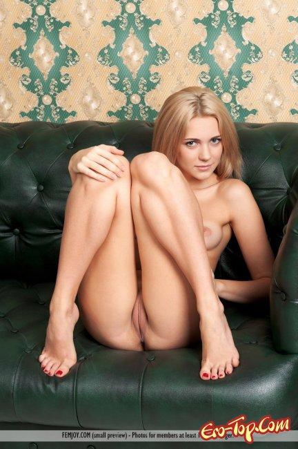 Сексапильная красотка с маленькой грудью - смотреть эротику