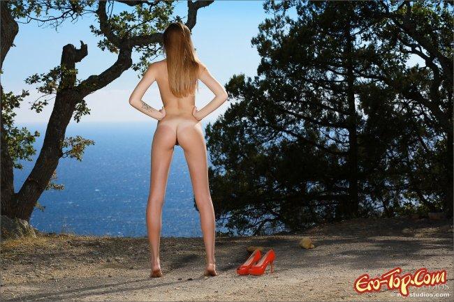 Длинноногая девушка в кожаных штанах - фото эротика