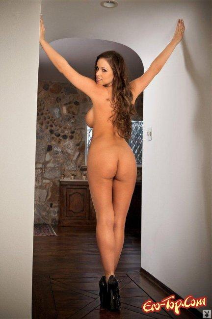 Грудастая дамочка раздевается на пороге дома - фото эротика