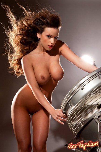 Грудастая модель позирует на фотосессии - смотреть эротику