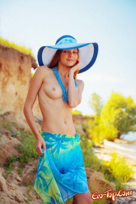 Позирует на пляже прикрываясь платком - фото эротика