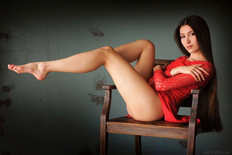 Красавица без трусиков раздвинула ноги - фото