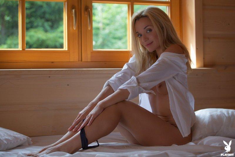 Обнажённая блондинка в белой рубашке - фото