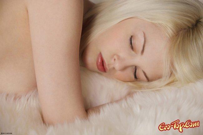 Молодая блондинка ласкает киску рукой и раскрывает ее - фото эротика.