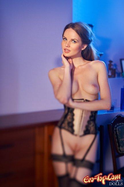 Девушка в корсете и чулках с маленькой грудью - фото эротика.