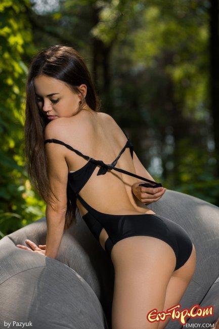 Голая худая азиатка  сексуально позирует - фото эротика.