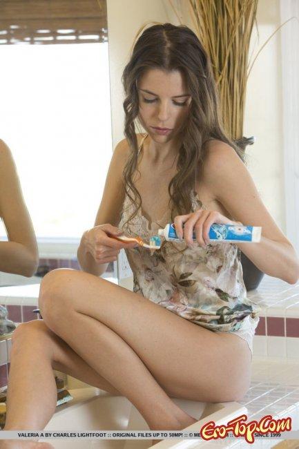 Милая девушка позирует голышом и светит киской - фото эротика.