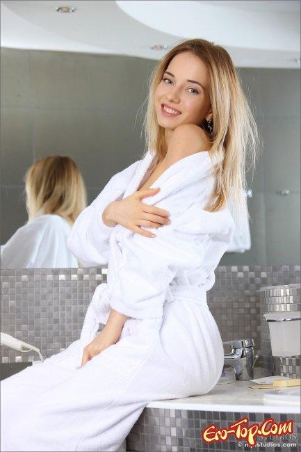 Красотка в халате разделась  и позирует - фото эротика.
