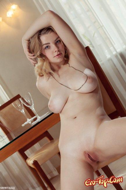 Блондинка с большой натуральной грудью показала киску - фото.