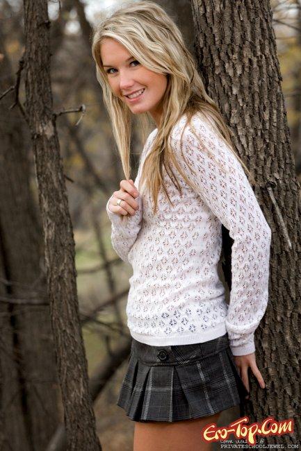 Девушка в осеннем лесу задрала юбку и показала попку - фото эротика.