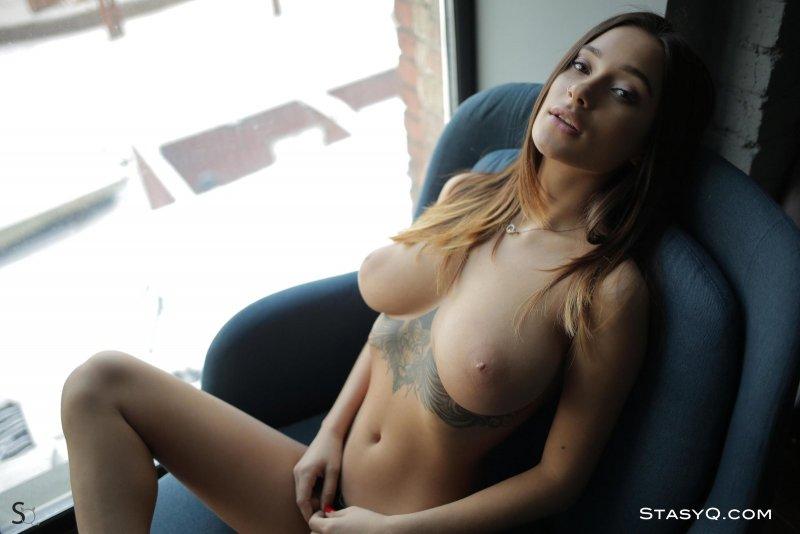 Сексапильная модель в татуировках сняла трусы - фото